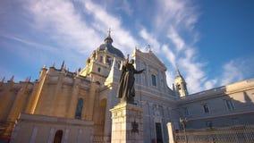 Hellblaue Kathedrale almudena Himmel Madrid-Sonne herauf Zeitspanne der Ansicht 4k Spanien stock footage