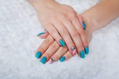 Hellblaue Nagelkunst Stockbilder