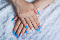 Hellblaue Nagelkunst Stockfoto