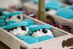 Hellblaue Türkis macarons füllten mit der Schlagsahne und heirateten Schokoriegel Lizenzfreies Stockbild