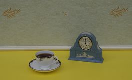 Hellblaue Wedgwood-Uhr, Jasperware, mit angewandter Entlastungsplatte des weißen Lehms, nahe bei einer englischen Teetasse und ei stockbilder