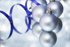 Hellblaue Weihnachtskugel Stockbilder