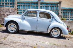 Hellblauer alter Hase Renaults 4CV, Seitenansicht Lizenzfreie Stockfotografie
