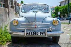 Hellblauer alter Hase Renaults 4CV, Vorderansicht Lizenzfreies Stockbild