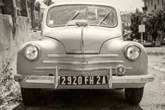 Hellblauer alter Hase Renaults 4CV, Vorderansicht Lizenzfreie Stockbilder