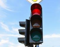 Hellblauer Himmel des Verkehrs der roten Farbe im Hintergrund Stockfotos