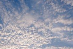 Hellblauer Himmel füllte mit flaumiger Wolke an einem warmen Tag Stockbilder