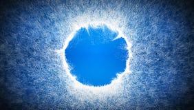 Hellblauer Hintergrund mit gelegentlichen weißen Partikeln und mit einem Platz für Logo Stockfotografie