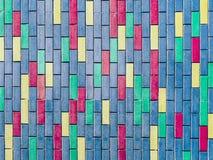hellblauer Innenhintergrund der bunten vertikalen Backsteinmauer Lizenzfreie Stockbilder