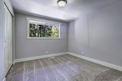 Hellblauer leerer Raum mit Fenster Stockbild