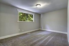 Hellblauer leerer Raum mit Fenster Stockfotos