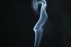 Hellblauer Rauch des Geheimnisses über dunklem Hintergrund mit Kopienraum Stockbilder