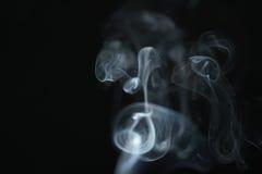 Hellblauer Rauch des Geheimnisses über dunklem Hintergrund mit Kopienraum Stockfotografie