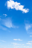 Hellblauer Sommerhimmel mit weißen Wolken Stockbilder