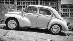 Hellblauer weißer alter Hase Renaults 4CV, Seitenansicht Lizenzfreies Stockbild