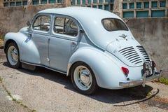 Hellblaues Auto alten Hasen Renaults 4CV Lizenzfreies Stockbild