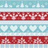 Hellblaues, blaues, weißes und rotes skandinavisches nordisches Weihnachtsnahtloses Kreuzstichmuster mit Engeln, Weihnachtsbäume, Lizenzfreies Stockfoto