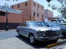 Hellblaues Coupé Mercedes-Benzs 280C in Lima Lizenzfreie Stockbilder