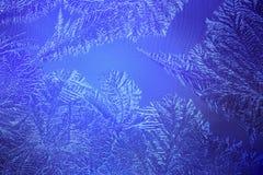 Hellblaues eisiges Muster an einem Winter Stockfotos