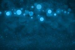 Hellblaues fantastisches helles Funkelnlichter defocused bokeh abstrakter Hintergrund mit fallenden Schneeflocken fliegen, Feiert stock abbildung