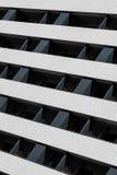 Hellblaues Gebäude mit weißem Balkon lizenzfreie stockfotos