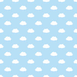 Hellblaues nahtloses Muster mit einfachen weißen Wolken Lizenzfreies Stockbild