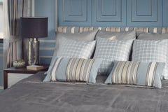 Hellblaues romantisches Artschlafzimmer mit Muster und Beschaffenheit von Bettwäsche Stockbilder