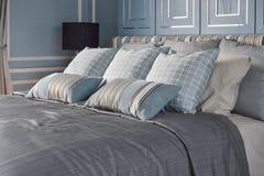Hellblaues romantisches Artschlafzimmer mit Muster und Beschaffenheit von Bettwäsche Stockbild