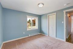 Hellblaues Schlafzimmer mit Wandschränken Stockfoto