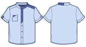 Hellblaues Sommerhemd mit kurzen Ärmeln Stockbild