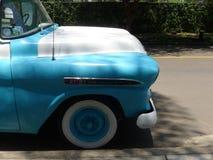Hellblaues und weißes Chevrolet Apache Lizenzfreies Stockfoto