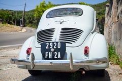 Hellblaues Wirtschaftsauto alten Hasen Renaults 4CV Stockfotos