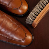 Hellbraune Schuhe und Pinsel Lizenzfreie Stockbilder