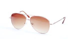 Hellbraune Sonnenbrillen auf weißem Hintergrund Lizenzfreie Stockfotos
