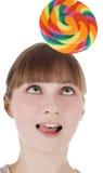 Helle Abbildung der glücklichen Blondine mit Farbenlutscher Stockbild