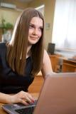 Helle Abbildung der glücklichen Frau mit Laptop-Computer Lizenzfreies Stockbild