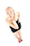 Helle Abbildung der jungen Blondine einen Luftkuß sendend Stockbild