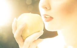 Helle Abbildung der Lippen der Frau mit einem Apfel Stockbilder