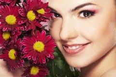 Helle Abbildung des reizenden Mädchens mit Blume Stockfotos