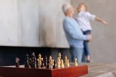 Helle aktive Männer, die nach einem Spiel des Schachs stillstehen Stockfotos