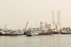 Helle Ansicht des Fischereihafens von Adschman in Dubai, UAE am 28. Juni 2017 Stockbilder