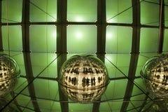 Helle Anzeige, farbiger Laser, Spiegelwände und Spiegelball, abstrakter Hintergrund Stockbild