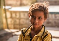 Helle Augen des glücklichen indischen Kindes Stockbilder