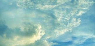 Helle blaue Himmel mit Wolken lizenzfreie stockbilder