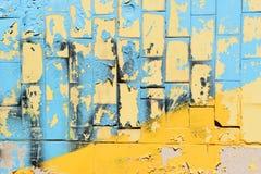 Helle blaue und gelbe Fliesen von Ukraine Lineare Wiedergabe der Wand mit Fliesen an einem sonnigen Tag Stockfoto