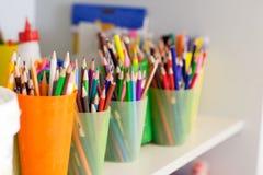 Helle Bleistifte in den Glasgefäßen auf Regal Lizenzfreies Stockbild