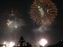 Helle Blitze von Feuerwerken auf dem Himmel der dunklen Nacht Ein großer Zusatz zu irgendeinem Feiertag Stockfoto