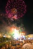 Helle Blitze von schönen Feuerwerken in der Stadt vor dem hintergrund vieler Leute Lizenzfreie Stockbilder