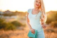Helle Blondine in der untergehenden Sonne Lizenzfreies Stockbild