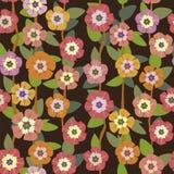 Helle Blumen auf einem nahtlosen Muster des dunklen Hintergrundes Stockfotografie
